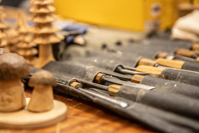 <p>Das Holzschnitzen hat im Erzgebirge eine Jahrhunderte alte Tradition. Wesentlichen Einfluss auf die Entstehung und Entwicklung des erzgebirgischen Schnitzens hatte der Bergbau.</p>