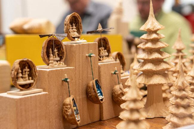 <p>Fachwerkhäuser im Miniaturformat, geschnitzte Karikaturen, Figuren in Nussschalen sowie szenische Darstellungen ergänzen die attraktiven Präsentationen.</p>