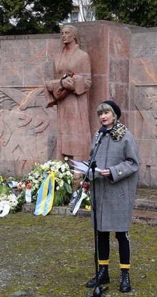 <p>Oberbürgermeisterin Barbara Ludwig hielt am Mahnmal eine Rede.</p>