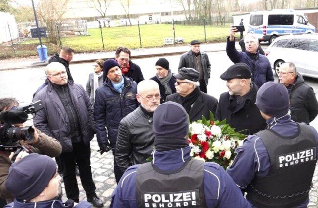 <p>Der Stadtverband der AfD wollte dort ebenfalls einen Kranz niederlegen. Die Gruppe wurde jedoch von der Polizei nicht auf den Friedhof gelassen, da sie die Veranstaltung der Stadt, die gerade vorbereitet wird, stören würde.</p>