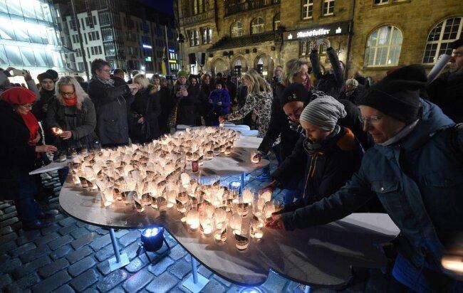 <p>Auf dem Neumarkt gedachten Chemnitzer mit Kerzen der Opfer der Angriffe.</p>