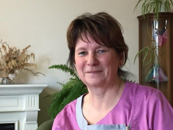 """<p>Manuela Knebel (54) will nicht nur Frau, sondern auch Mutter sein, sagt sie mit Blick auf ihre beiden erwachsenen Kinder. Aber: """"Die Akzeptanz von Frau und Mann ist gleichermaßen wichtig"""", meint die Pflegedienstleiterin. Den Frauentag möchte sie mit ihrer Sportgruppe gemeinsam feiern. """"Wir sieben Frauen treffen uns in Dittersbach einmal in der Woche zum Nordic Walking. Dann ist Frauenabend."""" Blumen von ihrem Mann werde sie sicher auch bekommen.</p>"""