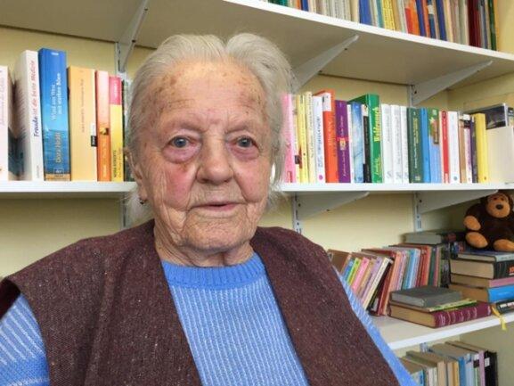 """<p>Erna Brand (96) nimmt den Frauentag, wie er kommt. """"Mal findet was statt, mal fällt's aus"""", sagt sie. Als sie 20 war, herrschte Krieg. Vormittags half sie ihrer Mutter auf dem Feld, nachmittags war sie in Stellung bei einem Bauern. """"Tanz war meine Lieblingsbeschäftigung"""", sagt sie lächelnd. Alle 14 Tage war Tanz im Saal in Weigmannsdorf. 1946 hat sie geheiratet. """"Wenn ich dasselbe Glück wieder hätte, würde ich wieder heiraten.""""</p>"""