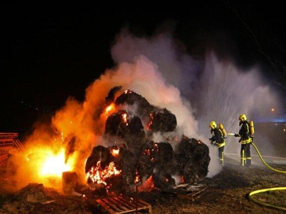 <p>60 Strohballen standen komplett in Brand.</p>