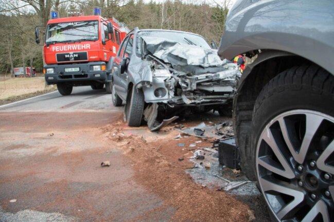 <p>Der Wagen streifte einen entgegenkommenden Subaru und prallte frontal gegen einen folgenden Nissan.</p>