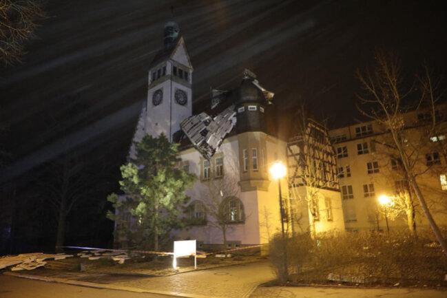<p>In Chemnitz riss der Sturm große Teile des Daches eines Seniorenheimes an der Gaußstraße in Siegmar herunter.</p>