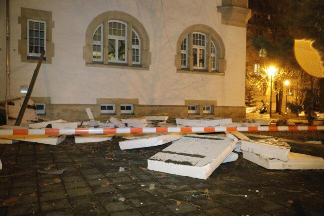<p>Vor dem ehemaligen Rathaus, in dem sich jetzt das Seniorenheim befindet, musste die Gaußstraße gesperrt werden. Verletzte gab es nicht, das Heim musste nicht evakuiert werden.&nbsp;</p>