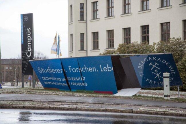 <p>An der Ecke Leipziger Straße/Agricolastraße wurde ein Werbeschild der Uni Freiberg vom Sturm beschädigt.</p>