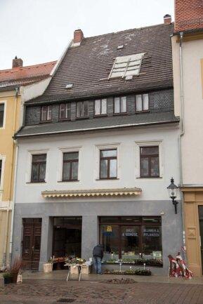 <p>An der Peterstraße in Freiberg wurde ein Teil eines Daches durch den Sturm abgedeckt.&nbsp;Die Feuerwehr Freiberg konnte das Dach in Zusammenarbeit mit dem THW notdürftig sichern.</p>