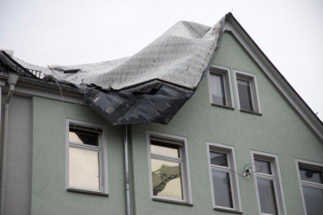 <p>Auf einem Haus an der Parkstraße 5 in Freiberg hat der Sturm ein Dach zerstört.&nbsp;</p>