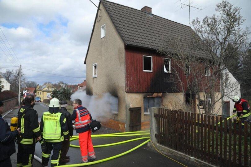 <p>Als die Einsatzkräfte eintrafen, stand das Einfamilienhaus an der Breitenbacher Straße nach Polizeiangaben bereits in Vollbrand.</p>