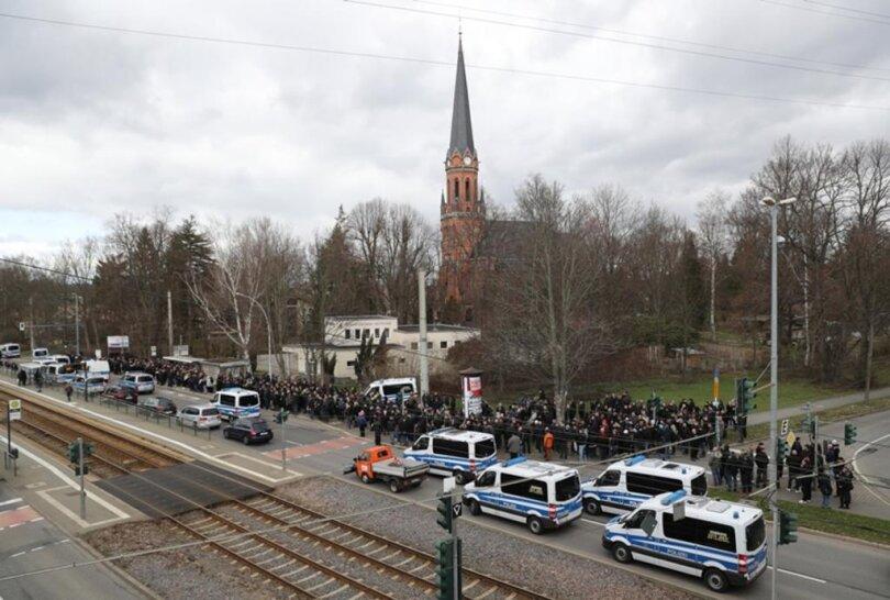 <p>Auf dem Parkplatz des Altchemnitz Centers an der Annaberger Straße fanden sich zur Mittagszeit hunderte Menschen zur Beisetzung des an Krebs verstorbenen bekennenden Hooligans und Rechtsextremen ein.</p>