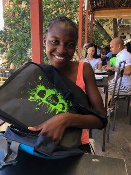 <p>Beim Zwischenstopp in Windhoek nutze ich die Zeit für ein Treffen mit der Studentin Raune. Über fünf Jahre haben wir diese Schülerin durch das Mayana Mpora Projekt finanziell bis zur Hochschulreife begleitet. Als beste Abiturientin und mit der vollen Punktzahl hat Raune ihre Abschlussprüfungen bestanden und im Januar diesen Jahres ihr Studium an der NUST, Namibischen Universität für Wissenschaft und Technik, begonnen. Die Bank FNB prämiert die außerordentlichen Leistungen mit der Übernahme ihrer Studiengebühren und ihres Studienmaterials einschließlich ihrer Fachbücher. Welch großartiger Anfang und weitere Motivation für eine Studentin!</p>