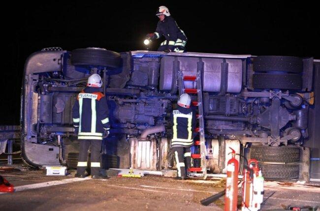 <p>Der Mann sei nach ersten Erkenntnissen in der Nacht zu Freitag am Steuer eingeschlafen und habe bei Hohenstein-Ernstthal die Kontrolle über sein Lenkrad verloren, teilte die Polizei mit.</p>
