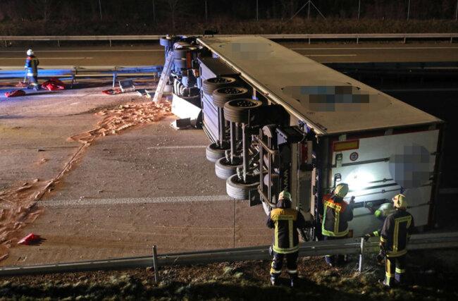 <p>Das mit mehreren Tonnen Käse beladene Fahrzeug kippte auf die Seite.</p>