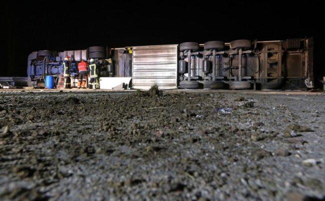 <p><br /> Von den drei nach dem Unfall gesperrten Fahrspuren in Richtung Dresden waren nach den Angaben zwei am Freitag um 06.45 Uhr wieder freigegeben.</p>