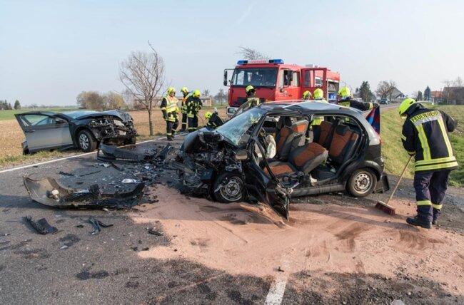 <p>Etwa 130 Meter vor dem Ortseingang Beedeln kam kurz vor 16 Uhr ein 42-jähriger Autofahrer in einer Kurve nach links von der Fahrbahn ab und stieß mit einem entgegenkommenden Auto frontal zusammen.</p>