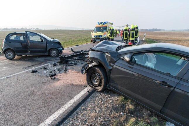 <p>Laut Polizei wurde der 42-Jährige schwer verletzt und musste von der Feuerwehr aus seinem Fahrzeug befreit werden.</p>