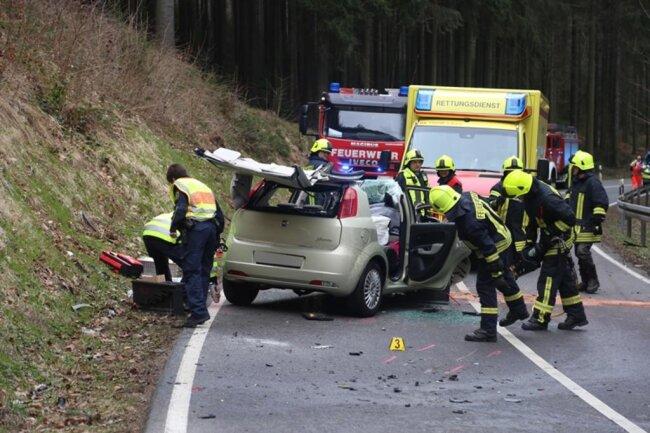 <p>Ein Fiat sowie ein Jeep waren frontal zusammengestoßen, wobei ein Mensch mit hydraulischem Rettungsgerät aus dem Fiat geborgen werden musste, berichtete Andy Tauber, Einsatzleiter der Scharfensteiner Feuerwehr.</p>