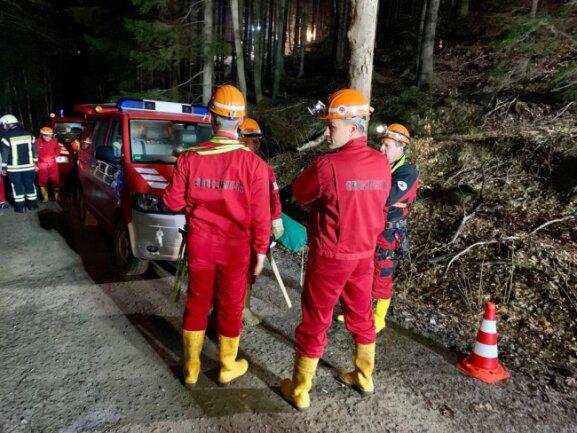 <p>Zwischen Einstieg in den Berg und Unfallort lagen 800 Meter. Die Retter verständigten sich über eine vor Ort verlegte Telefonleitung zwischen den beiden Punkten.</p>