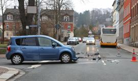 """<p>Nach ersten Informationen der """"Freien Presse"""" stießen derRenaultund der größtenteils mit Schülern besetzteBus auf der Kreuzung Conrad-Clauß-Straße/Zeißigstraßezusammen.</p>"""