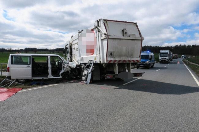 <p>Nach ersten Informationen kam es auf der Lengenfelder Straße (S 282) zu einem Zusammenstoß zwischen einem Transporter und einem Lkw.</p>