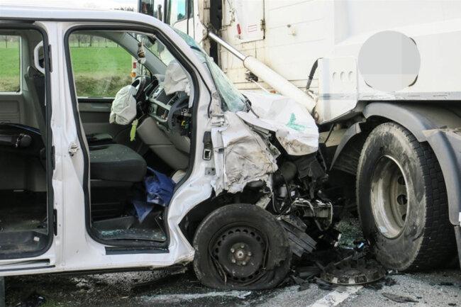 <p>Ein Polizeisprecher bestätigte, dass bei dem Unfall zwei Personen schwer verletzt wurden, konnte aber noch keine weiteren Angaben machen.</p>