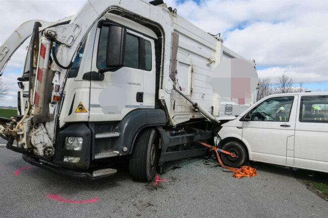 <p>Die beiden Insassen des Transporters mussten von der Feuerwehr aus dem Fahrzeug befreit werden.</p>