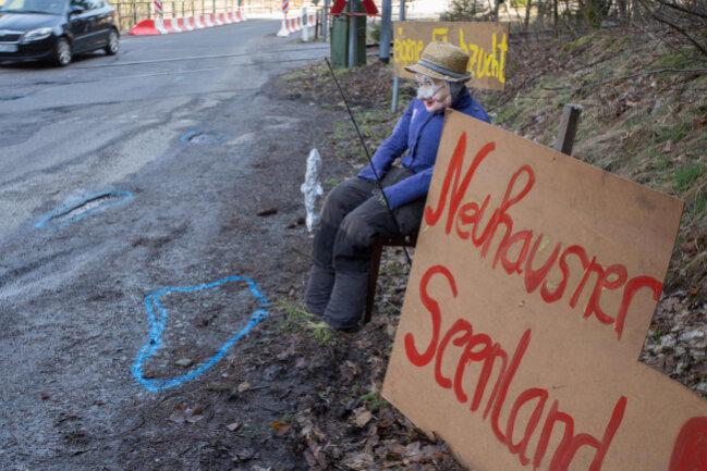 <p>An der Straße von Dittersbach nach Neuhausen sitzt seit dem Wochenende ein Angler. Er hat es auf die Fische abgesehen, die sich in den Schlaglöchern tummeln könnten.</p>