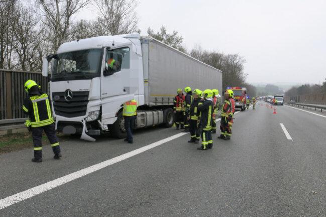 <p>Nach ersten Informationen kam der Lkw auf der Autobahn in Richtung Chemnitz nach links von der Fahrbahn ab, prallte&nbsp;dabei gegen die Mittelleitplanke und kam dann auf dem Standstreifen an der Leitplanke kurz vor der Brücke in&nbsp;Wilkau-Haßlau&nbsp;zum Stehen.&nbsp;</p>