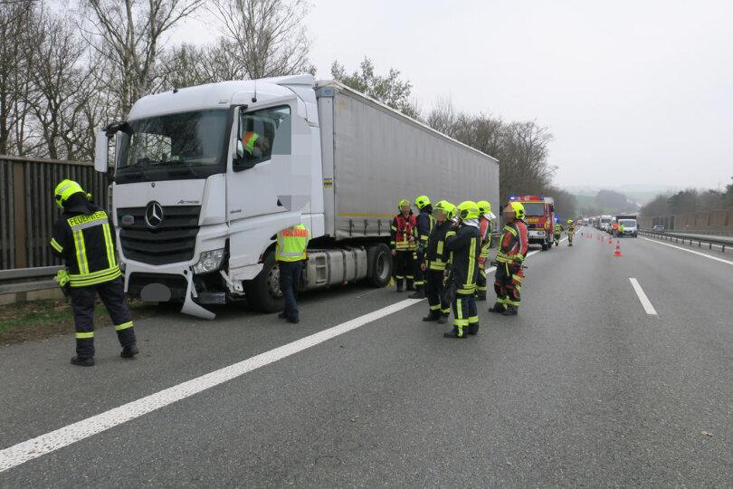 <p>Nach ersten Informationen kam der Lkw auf der Autobahn in Richtung Chemnitz nach links von der Fahrbahn ab, pralltedabei gegen die Mittelleitplanke und kam dann auf dem Standstreifen an der Leitplanke kurz vor der Brücke inWilkau-Haßlauzum Stehen.</p>