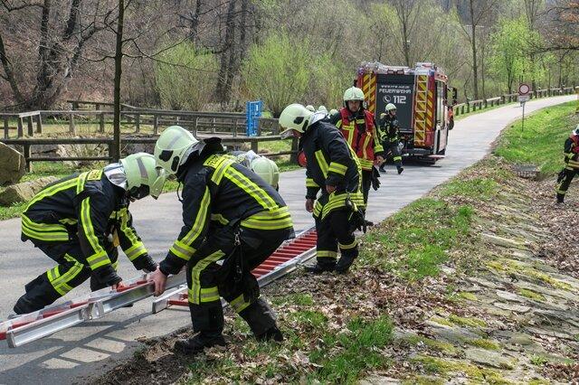 <p>Um auf den Bahndamm zu gelangen wurden mehrere Leitern zusammen gesteckt.</p>