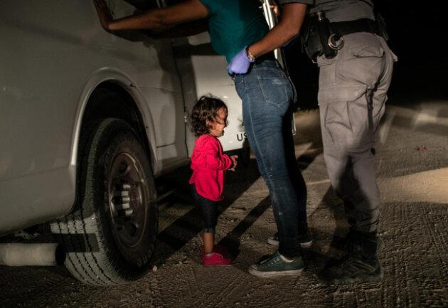 <p>Das Weltpressefoto des Jahres 2018 ist das Bild eines weinenden Mädchens an der Grenze zwischen Mexiko und den USA. Das Kind und seine Mutter überquerten den Rio Grande nach Texas und wurden von den Grenzkontrolleuren der USA in Gewahrsam genommen.</p>