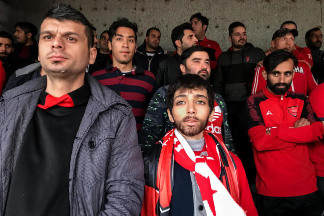 <p>Eine iranische Frau verkleidet sich als Mann, um in einem Fußballstadion ein Spiel der Nationalmannschaft zu sehen. Zu diesem Zeitpunkt war es Frauen im Iran verboten, ein Fußballstadion zu betreten. Fotografin Forough Alaei zeigt in ihrer Serie auch, wie im Juni 2018 durch eine Ausnahmeregelung Frauen auf den Tribünen eines Stadions für ihre Mannschaft mitfiebern. Sie gewann in der Kategorie Sport - Serie.</p>