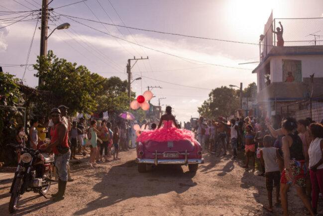 <p>In der Kategorie Zeitgeschehen gewann Diana Markosian mit ihrem Foto aus Havanna. Das Foto zeigt die junge Kubanerin Pura zu ihrer Quinceañera, eine lateinamerikanische Tradition zum 15. Geburtstag von Mädchen. Pura sollte aufgrund eines Gehirntumors Ärzten zufolge nicht älter als 13 werden.</p>