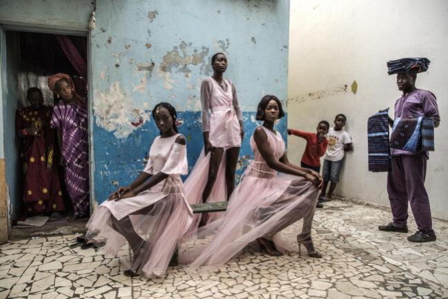 <p>Models posieren in Kleidern der Designerin Adama Paris mitten in der senegalesischen Hauptstadt Dakar. Das Siegerfoto in der Kategorie Porträt von Finbarr O´Reilly behandelt die franko-afrikanische Modewelt.</p>