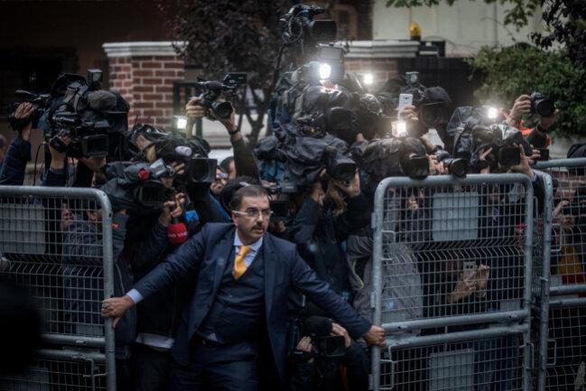 """<p>Ein Mann versucht, die Presse zurückzuhalten, als Ermittler am Konsulat von Saudi Arabien in der Türkei eintreffen. Mit dem Foto """"Das Verschwinden des Jamal Kashoggi"""" gewannChris McGarth in der Kategorie Nachrichten.</p>"""