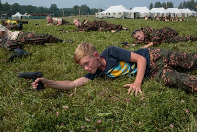 <p>Mit ihrer Fotoserie über die Erziehung zum Patriotismus und die militärische Ausbildung von Kindern in Russland und den USA gewann Sarah Blesener in der Kategorie Langzeitprojekt den ersten Platz. Auf dem Foto sind russische Schüler beim Schießtraining zu sehen.</p>