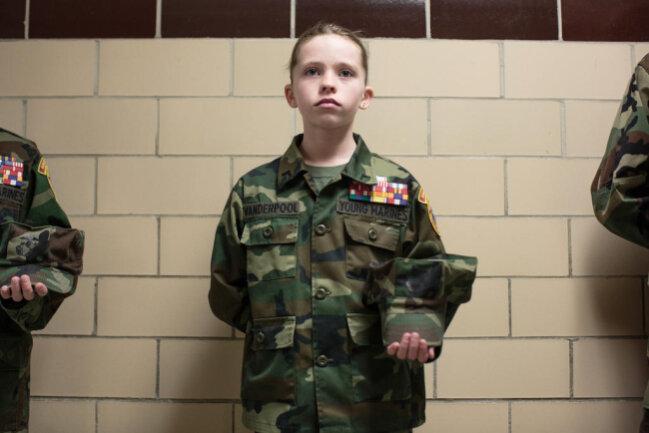 """<p>Die 11-jährige Bailey bei einem der wöchentlichen Treffen der """"Young Marines"""" in Pennsylvania. Das Foto ist Teil der Serie von Sarah Blesener zu patriotischen Erziehungsprogrammen in den USA und Russland.</p>"""