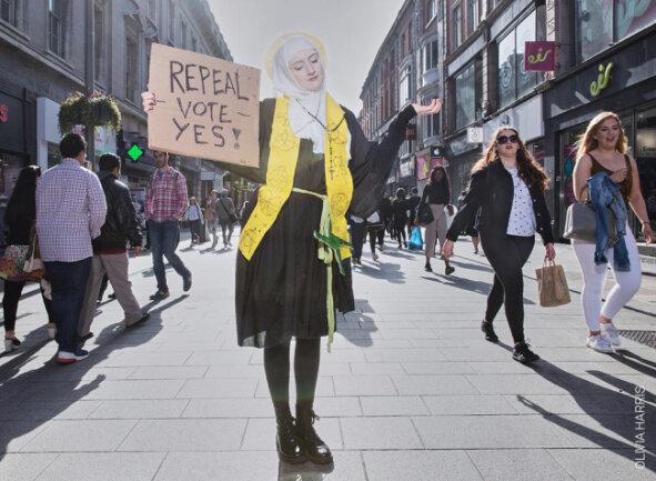"""<p>In der Kategorie Zeitgeschehen - Fotoserie gewann Olivia Harris mit ihrer Dokumentation zur Reform des Abtreibungsgesetzes in Irland. In dem katholischen Land kam es immer wieder zu Protesten gegen das strenge Abtreibungsverbot. Auf dem Foto ist Megan Scott zu sehen, die als Irlands """"Patronin der Frauen"""" für die Abschaffung des Verbotes protestiert.</p>"""