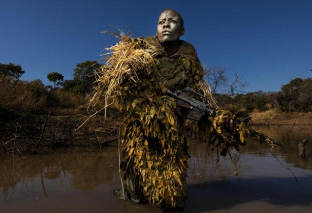 <p>Akashinga ist eine Gruppe aus Frauen, die sich im Phundundu Wildlife Park in Simbabwe gegen Wilderer stellt. Mit dem Foto eines Mitglieds gewann Brent Stirton in der Kategorie Umwelt den ersten Platz.</p>