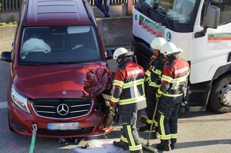 <p>Ein schwerer Unfall auf der A4 zwischen Chemnitz-Ost und Frankenberg hat am Donnerstagabend für Behinderungen und eine gut einstündige Sperrung in Richtung Dresden geführt.</p>