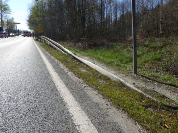 <p>Der Wagen schlitterte etwa 30 Meter an der Leitschutzplanke entlang und rutschte anschließend etwa elf Meter einen Abhang hinunter.</p>