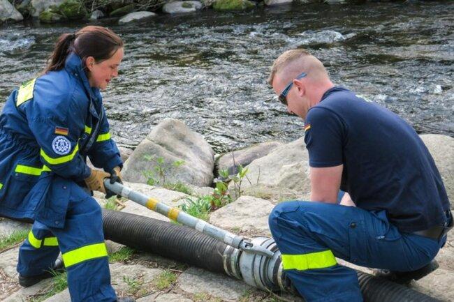 <p>Grund für den Sauerstoffmangel ist, dass der Wasserstand des Teichs aus Sicherheitsgründen über den Winter abgesenkt war, um im Fall eines Einbrechens die Ertrinkungsgefahr zu verringern.</p>