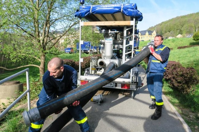 <p>Auch ein Pumpenwagen der Stadt wurde eingesetzt, um eine mit Schlamm gefüllte Zuleitung zum Teich zu reinigen. Am Mittag floss das erste Flusswasser in den Carolateich - bis zu 6000 Liter pro Minute.</p>