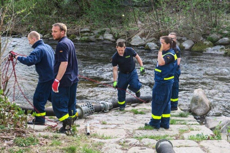 <p>Das THW aktivierte eine Hochleistungspumpe, die das Wasser aus der Mulde in den Teich pumpte.</p>