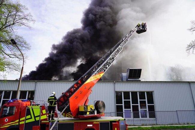 <p>Das Feuer war offenbar bei Schweißarbeiten auf dem Dach eines Gebäudeteils entstanden, in dem Garne für die Produktion vorbereitet werden.</p>