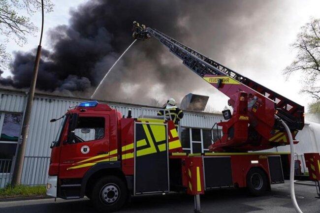 <p>Am Freitagmorgen war der Brand in der Fabrikhalle an der Kohlenstraße ausgebrochen.</p>