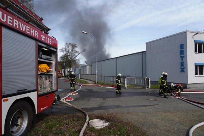 <p>Erst am Dienstagmorgen war in der Firma ein 10.000-Volt-Trafo in Brand geraten. Im Folgenden weitere Bilder des Geschehens.</p>