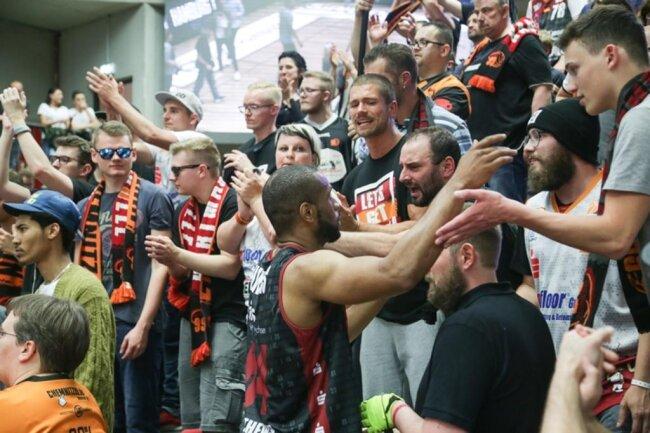 <p>Die Niners suchten Kontakt zu den Fans nach der Partie.</p>